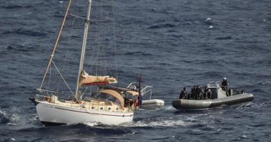 HMAS Melbourne crewmembers provide assistance to a civilian yacht in distress off the Queensland coast. Photo by Able Seaman Hannah Walton