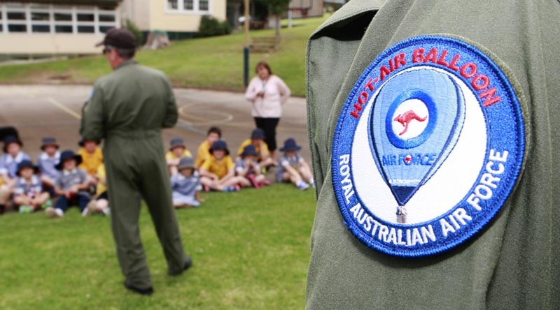 RAAF Balloon staff talk about the RAAF and flying to school kids. Photo by Sergeant Pete Gammie