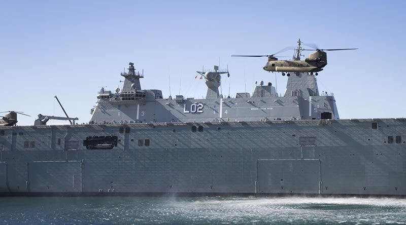 A Chinook CH-47F aircraft from the 5th Aviation Regiment in Townsville makes an approach to HMAS Canberra while the ship is alongside in her home port of Sydney. Photo by Able Seaman Bonny Gassner