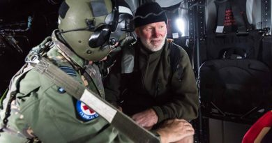 Squadron Leader Rob Visser, an RNZAF doctor, attends to Robin Kane after being lost in New Zealand's Kaimanawa ranges for two nights. RNZDF photo.