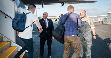 Minister of Defence Ron Mark and Chief of Army Major General Peter Kelly welcome New Zealand troops home from their deployment to Iraq. NZDF photo.
