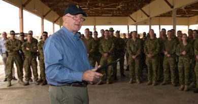 Governor-General Sir Peter Cosgrove speaks with soldiers from Task Group Taji rotation 6 during a visit to Iraq. Photo by Corporal Anita Gill.