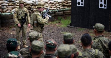 Soldiers from the 2RAR mentor soldiers from the Armed Forces of the Philippines on weapon-handling drills in Pagadian, Philippines. Photo by Corporal Jessica de Rouw.