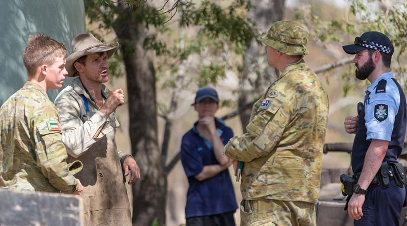 Australian Army soldiers and Australian Federal Police officers advise residents within the Tharwa, ACT, area of the evacuation alert issued because of bushfire threat. Photo by Private Rodrigo Villablanca.