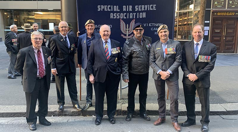 Members of the Special Air Service Association in Sydney for the ANZAC Day 2021 march, where they caught up with former Governor General and former Chief of Defence Force Sir Peter Cosgrove. Sent to CONTACT by Darren Perry.