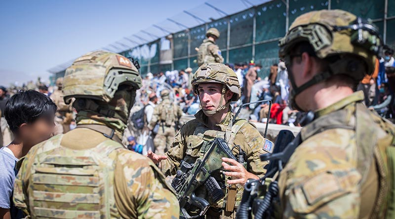 Soldiers from 1RAR at Abbey Gate, Hamid Karzai International Airport. Photo by Sergeant Glen McCarthy.
